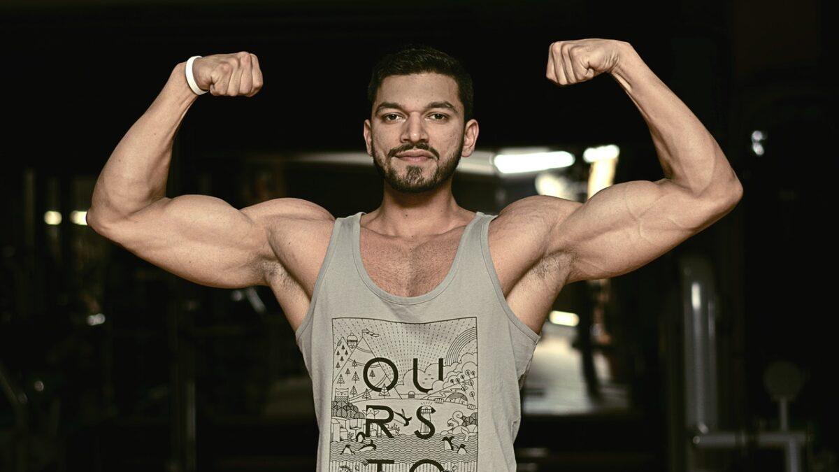 Ćwiczenia na biceps w domu z hantlami. Trening bez sprzętu