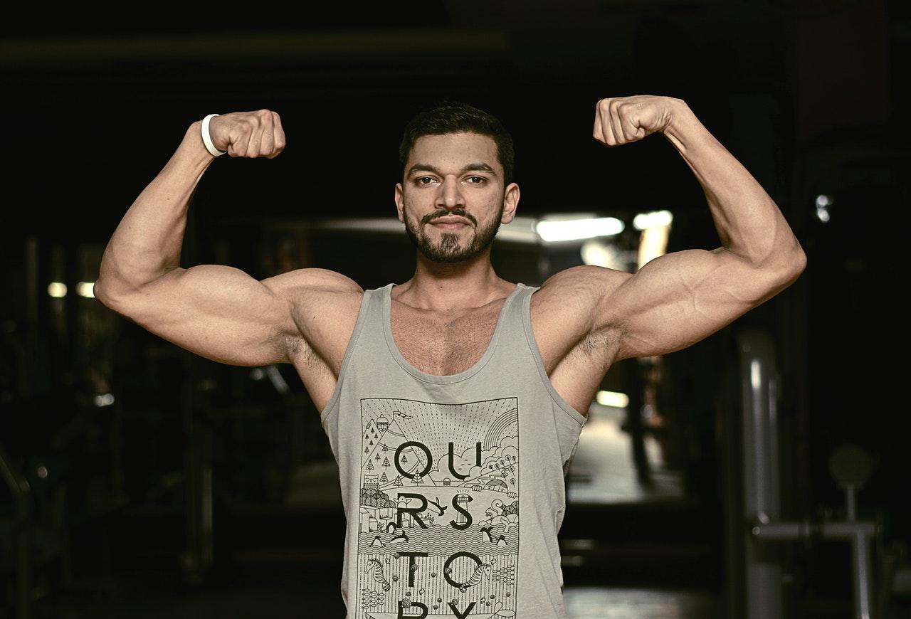 Najlepsze ćwiczenia i trening na biceps dla początkujących