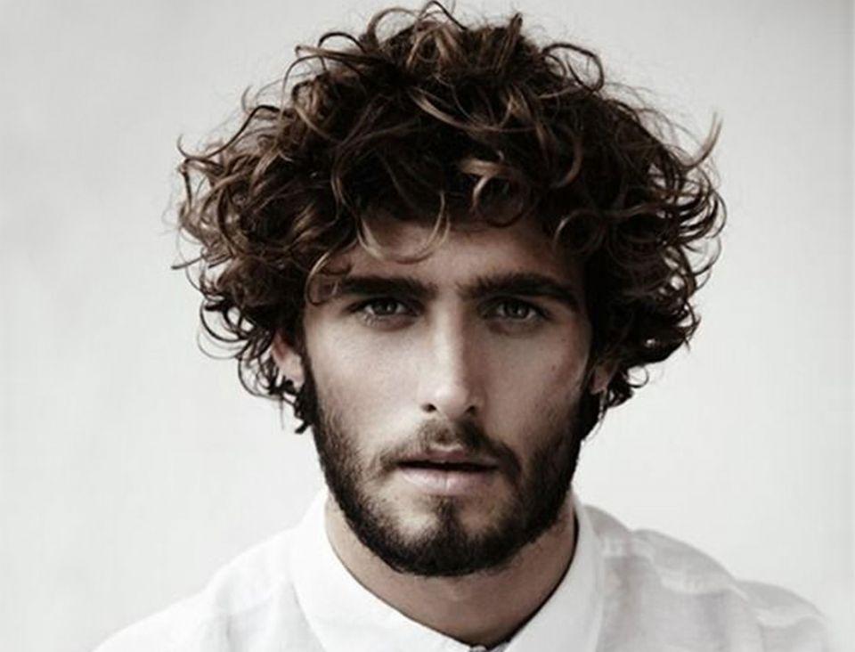 45 fryzury męskie dla osób, które mają kręcone włosy (poradnik)